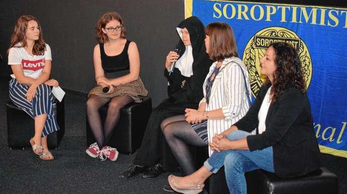 Schülerinnen Lina Bagorda und Jana Schwab sowie Mutter Martina, Kristina Förtsch und Frau Yildiz während der Diskussion nach der Vorführung.