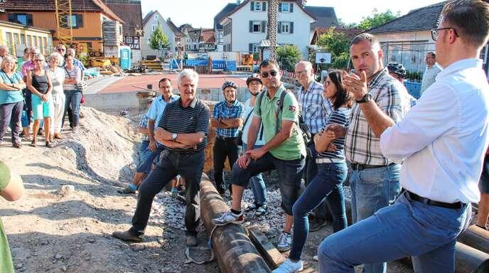 Bis März wird es nach einigen unvorhergesehenen Herausforderungen eine Baustelle in der Bühler Straße in Sasbach geben. Neben dem Brückenneubau stehen noch einige andere Dinge an, die Zeit brauchen. Links neben Bürgermeister Gregor Bühler (rechts) steht Kanalaufseher Markus Doninger, der bei der Tour de Sasbach die Probleme erläuterte.