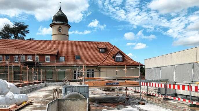 Das Schiller-Gymnasium wird aufgestockt, um mehr Platz für Lehrer- und Verwaltungsräume zu haben.