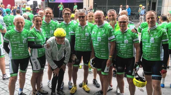 Die Offenburger Teilnehmer der 36. »Tour der Hoffnung« mit Jo Schraeder (Vierter von rechts) und Radsportlegende Täve Schur (kniend) fuhren vergangenes Wochenende durch Hessen und Nordrhein-Westfalen.