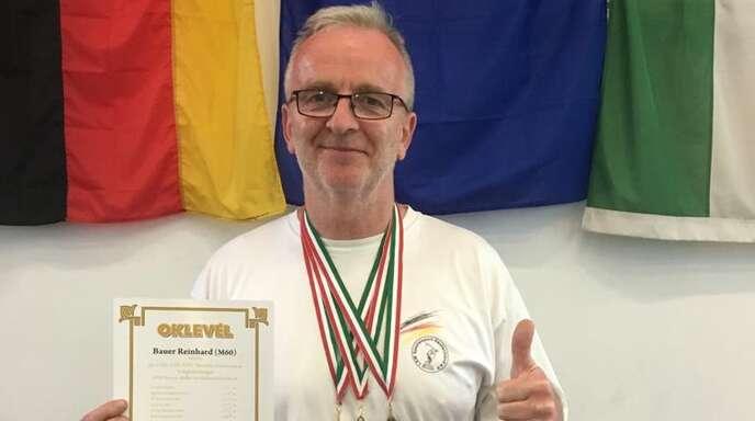 Reich dekoriert: Reinhard Bauer mit seinen drei Medaillen.