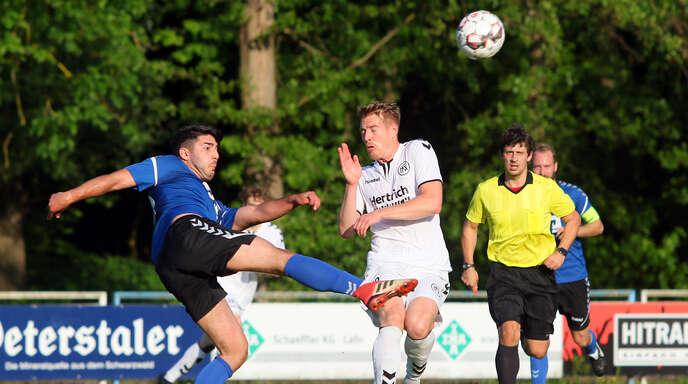 Mit einem Auswärtssieg beim SV Lahr sicherte sich der Kehler FV um Kevin Sax (rechts) am 24. Mai endgültig den Klassenerhalt in der Fußball-Verbandsliga. Zum Auftakt der neuen Saison kommt es am Freitagabend zur Neuauflage des Ortenau-Derbys.