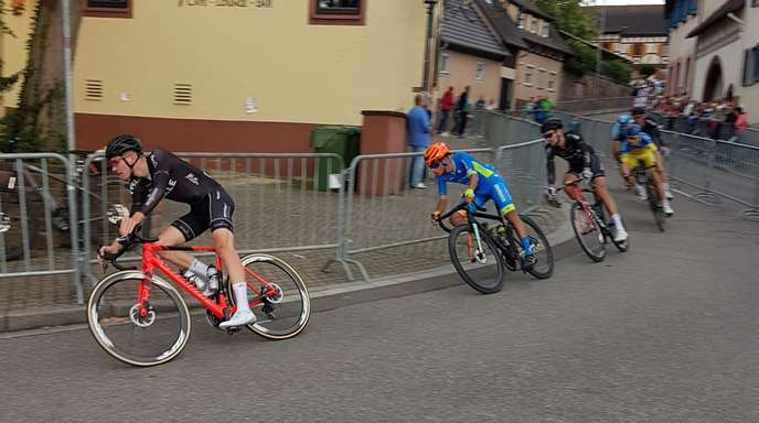 Manuel Müller (l.) führt die Spitzengruppe um Sieger Marcel Fischer (3. v. l.) durch die Mahlberger Innenstadt an.
