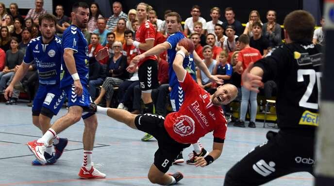 In einem umkämpften Derby vor toller Kulisse musste sich Marco Fels (beim Wurf) mit dem TuS Altenheim Aufsteiger HTV Meißenheim geschlagen geben.