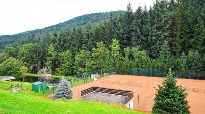 Tennissport als Vereinssport gehört in Seebach der Vergangenheit an. Die idyllisch gelegenen Plätze werden in das Projekt »Abenteuer am Adlersee« integriert.