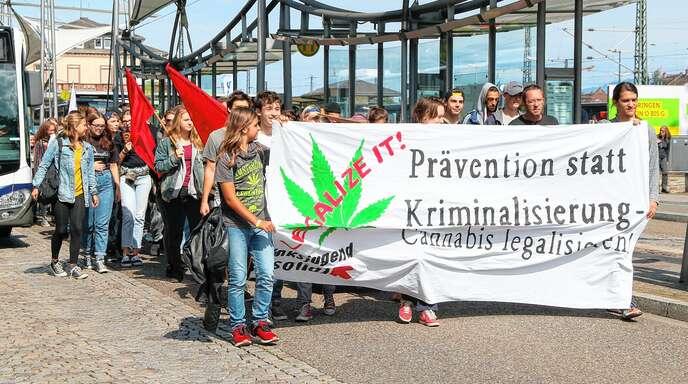 Rund 80 Menschen demonstrierten am Samstag in Offenburg für eine Legalisierung von Cannabis.