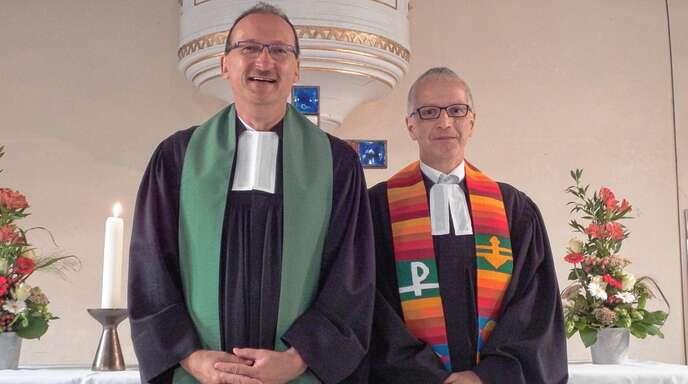 Dekan Günther Ihle (links) hieß am Sonntag in der Georgskirche Pfarrer Harald Kratzeisen bei der offiziellen Amtseinführung an seinem neuen Wirkungsort willkommen.