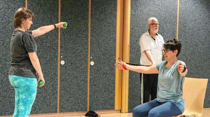 Mit Zirkeltraining stärken die Teilnehmer des Rückenfit-Kurses die Muskulatur. Der Kurs beim TV Oberkirch wird von Beate Zehe geleitet.