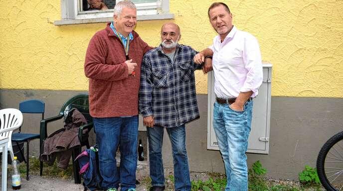 Wohnungslose werden in Achern begleitet von Daniel Basler (rechts) vom Caritasverband Acher-Renchtal und ehrenamtlichen Helfern.