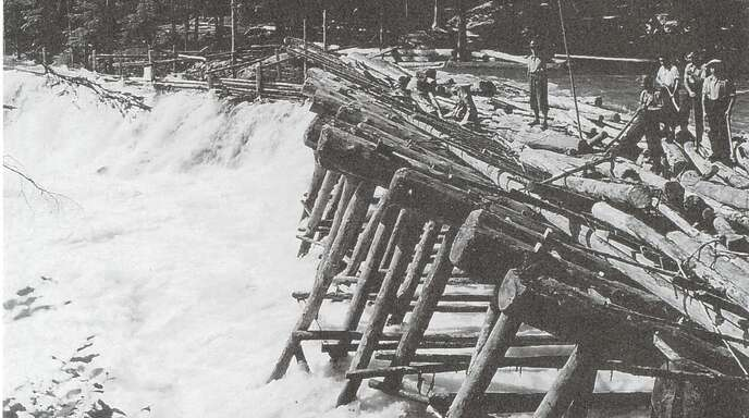 rägt wie auf den Nachbarflüssen. Unser Foto zeigt einen Holzrechen (Letze) bei der Triftfößerei, an dem die Stämme aufgefangen und in den Floßkanal geleitet wurden.
