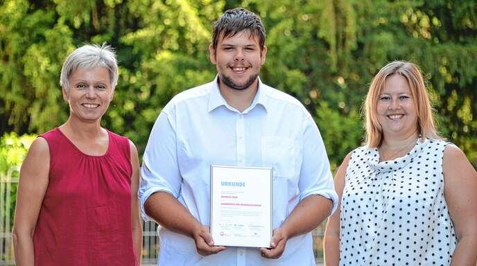 Für sein außergewöhnliches soziales Engagement erhielt Maurice Cron von der Werkrealschule Rheinau – hier mit Schulleiterin Brigittte Brodbeck (links) und Fachlehrerin Diana Stephan (rechts) – einen Landespreis.