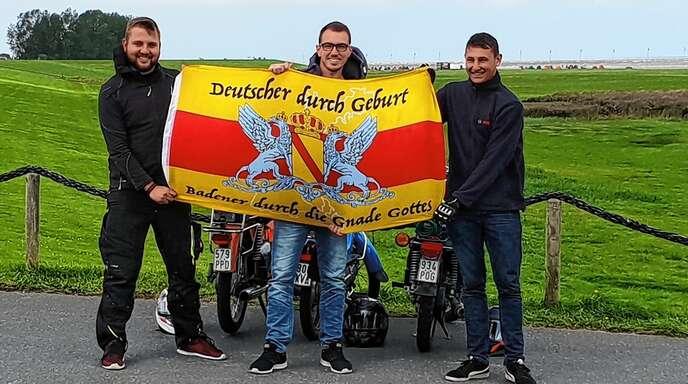 Geschafft! Mit der Badner Flagge posieren Phillip Ross, Daniel Schaible und Thomas Wehrle (von links) an der Nordsee, nachdem sie fast eine Woche mit ihren Mopeds unterwegs waren.