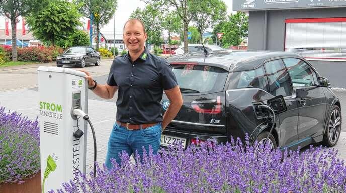 Herbert Birk stellt den Fuhrpark seines Betriebs komplett auf Elektrofahrzeuge um.