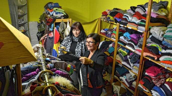 Verbände und Vereine, wie hier Melanie Frühe (links) und Eva Woelki vom Oberkircher Verein Paula, betreiben in der Ortenau Kleiderkammern. Die Nachfrage nach Kleidung durch Flüchtlinge sinkt zwar, dafür rückt vielerorts der Nachhaltigkeitsgedanke in den Vordergrund.