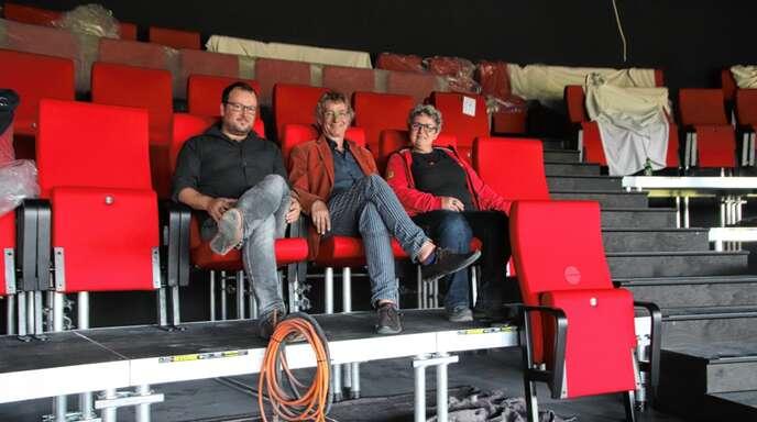 Noch ist das Europäische Forum an Rhein eine große Baustelle. Im Theatersaal freuen sich Baal novo-Geschäftsführer Guido Schumacher (von links), Intendant Edzard Schoppmann und die technische Leiterin Sophie Baer aber schon riesig auf die Saisoneröffnung am 28. September.