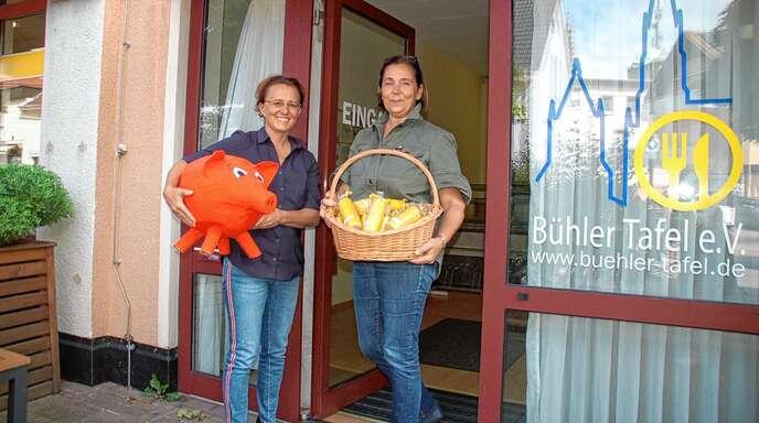 Vorsitzende Sandra Hüsges (links) und Geschäftsführerin Renate Schneider von der Bühler Tafel sind erleichtert über die Rückzahlung des veruntreuten Vereinsvermögens.