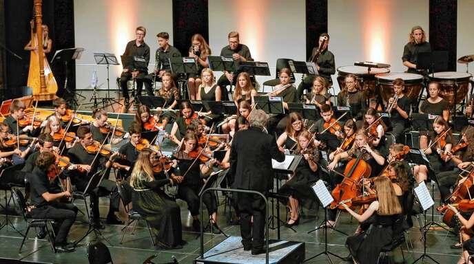 Das etwa 70-köpfige Jugendsinfonieorchester hat am Sonntagabend sein Jahreskonzert in der Oberrheinhalle gegeben. Die Stücke waren dabei sehr verschieden.