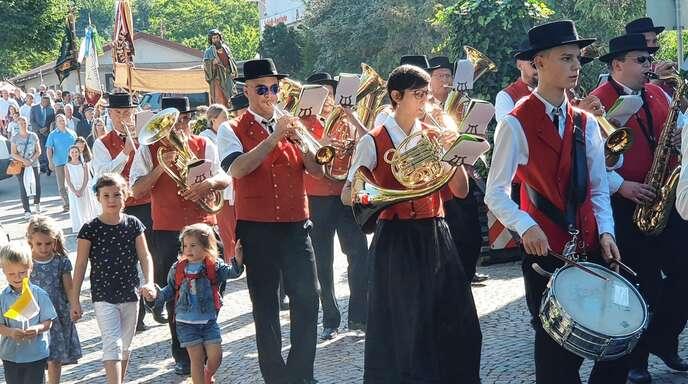 Nach dem Festgottesdienst zog die Prozession angeführt vom Ortenberger Musikverein zum Dorfplatz, wo das Pfarrfest mit viel Musik und Unterhaltung für die ganze Familie gefeiert wurde.