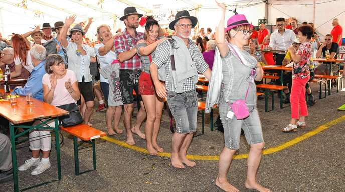 Viel Freude hatten die Festbesucher beim Waldulmer Weinfest am Sonntagnachmittag bei der Trachtenmodenschau im Festzelt.