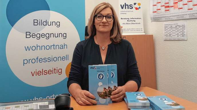 Büroleiterin Uta Simon stellt das neue Programm der Volkshochschule in Oberkirch vor.