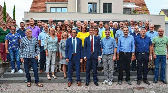 Acherns Oberbürgermeister Klaus Muttach mit Sasbachs Bürgermeister Gregor Bühler (vorne) mit den Stadt- und Gemeinderäten aus Achern und Sasbach vor der gemeinsamen Sitzung am Montagabend in Sasbach.