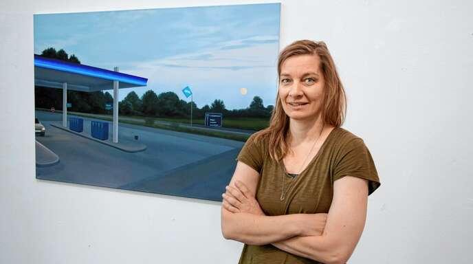 Wirkt wie eine Fotografie, ist aber ein Gemälde. Künstlerin Stefanie Krüger vor ihrer Autobahn-Tankstelle.