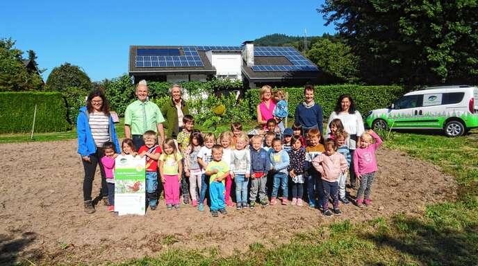 Gemeinsam mit Bürgermeister Thomas Krechtler (hinten, 2. von links) säten Lautenbacher Kindergartenkinder eine Wildblumenwiese ein.
