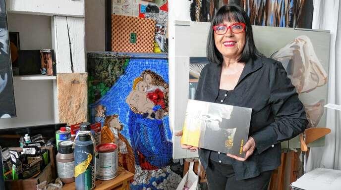 Anna Higgs im wohlgeordneten Chaos ihres Ateliers. Nachts hat die Künstlerin ihre besten Ideen.So entstand auch der Lyrik-Bildband.