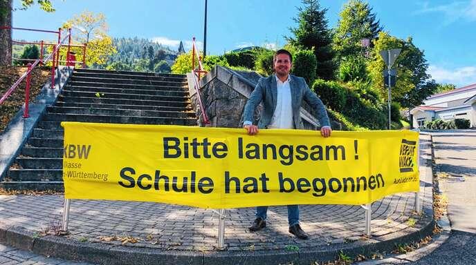 Ein Banner – hier mit Bürgermeister Stefan Hattenbach – appelliert in Kappelrodeck an Autofahrer, zum Schuljahresbeginn das Tempo zu drosseln.