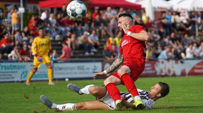 Fabian Herrmann (rotes Trikot), hier im Freundschaftsspiel gegen den SC Freiburg, kehrt gegen den FC Denzlingen in den Kader des Offenburger FV zurück.