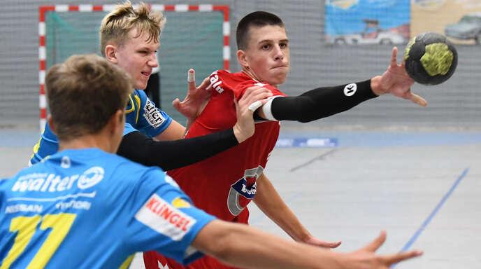 Marlon Pagniez (r.) erzielte beim Saisonstart zwei Tore für die B-Jugend des TuS Schutterwald.