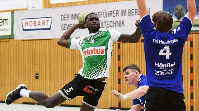 Neuzugang Mohamadou Sy (links) erzielte gleich im ersten Spiel für den HC Hedos Elgersweier gegen Helmlingen seinen ersten Treffer.