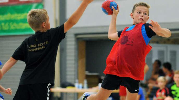 """Mit dem Handballspielen kann man nicht früh genug anfangen, deshalb wirbt der Verein seit zehn Jahren mit dem """"Grundschulaktionstag"""" um den Nachwuchs."""