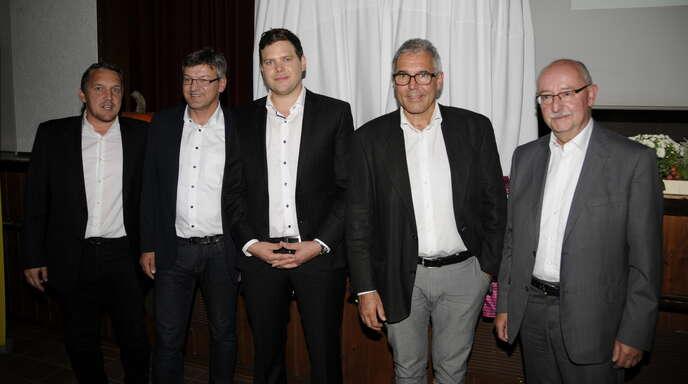 Die Ehrengäste des Jubiläumsfestes mit Bezirksschiedsrichterobmann Wilfried Pertschy (Zweiter von links) und Moderator Jakob Paßlick (Mitte) sprachen auch Grußworte: Verbandsschiedsrichterobmann Ralf Brombacher (links), Ortenbergs Bürgermeister Markus Vollmer und Thomas Schmidt (rechts), Präsident des Südbadischen Fußballverbands.
