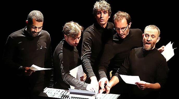 okalharmonien am Synthesizer: das Streichquartett Quatuor Béla mit Pianist Wilhlem Latschoumia (links).