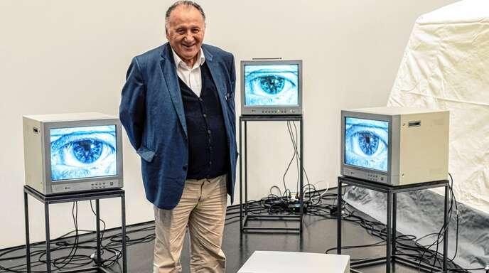"""Peter Weibel mit seinem Werk """"Video Lumina"""" aus dem Jahr 1977."""