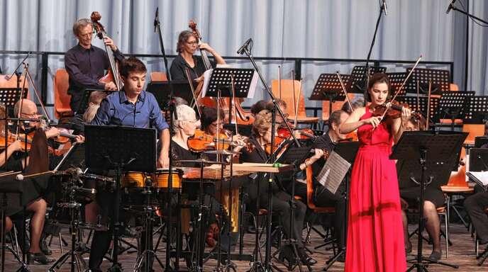 Das Concertino Offenburg beim Herbstkonzert. Schlagzeuger Jaro Baron und seine Duopartnerin, die Geigerin Franziska Fessler, spielten ein Auftragswerk von Heinz Jaggi.