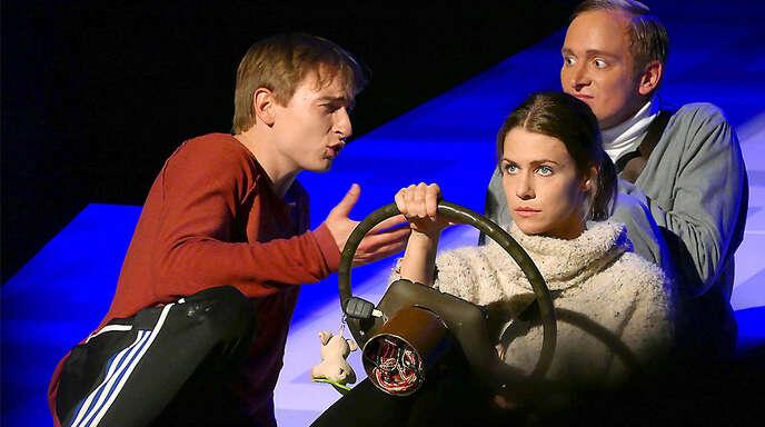 """Auf großer Reise: Vincent (Markus Feustel, von links), Marie (Theresa Horeis) und Alex (Marco Reimers) in der Theaterfassung von """"Vincent will Meer""""."""