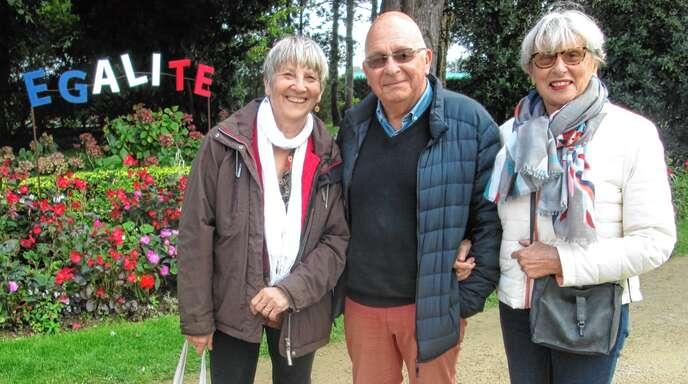 """Im Park """"Jardin Christian Dior"""" (von links): Adelheid Wiedemer mit Gérard und Veronique Thomas."""