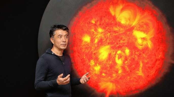 Hiroyuki Masuyama mit einer rotglühenden Sonne.