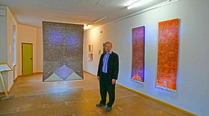 Tim Otto Roth in seinem neuen Studio. An den Wänden hängen Teppiche, die bei einem Projekt in Indien gefertigt wurden.