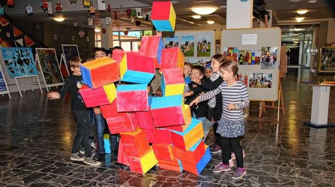 """Der Bau des """"Bauhaus""""-Projekts der Weierer Schüler ist lückenlos dokumentiert. Wie es aufgebaut wurde, zeigten sie im Rahmen der Ausstellung. Aber ihre für die Presse initiierte Zerstörung haben sie mit ebenso großer Begeisterung absolviert."""