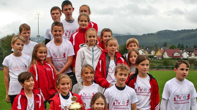 Die erfolgreichen Schülerinnen und Schüler des TV Unterharmersbach mit dem Kreispokal.