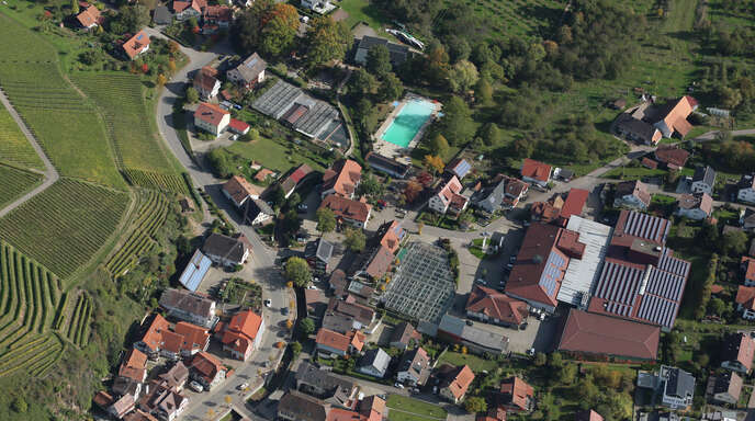 Die Durbacher Bürgerstiftung hat ein neues Förderprogramm aufgelegt. Hier: die Gemeinde aus der Luft mit Schwimmbad und WG-Areal.