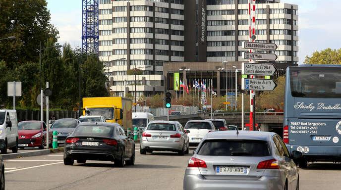 Dichter Verkehr in Straßburg. Um die Luftqualität zu verbessern, hat Straßburg neben anderen Maßnahmen beschlossen, ab 2025 keinen Dieselfahrzeugen mehr die Durchfahrt zu erlauben.