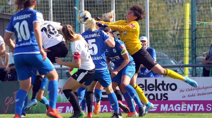 Sands Torfrau Charlotte Voll (rechts) feierte gegen den 1. FFC Frankfurt ein gelungenes Bundesliga-Debüt.