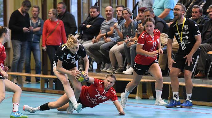 Sehr umkämpft war die Handballpartie zwischen den Frauen des TuS Ottenheim und denen des TuS Schutterwald.