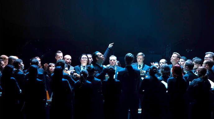 Teodor Currentzis inmitten seines Chors Music Aeterna.