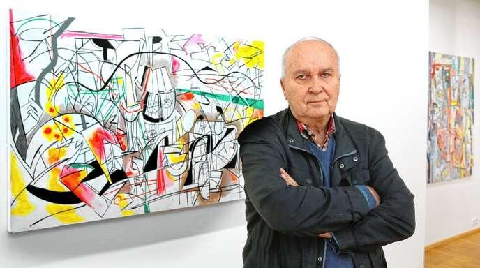 Heinz Schultz-Koernig mit einem seiner Gemälde in der Ausstellung.