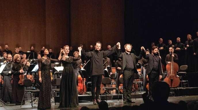 Teodor Currentzis (Mitte) bescherte dem Publikum ein medidatives Erlebnis.Foto: Alexandra Muravyeva